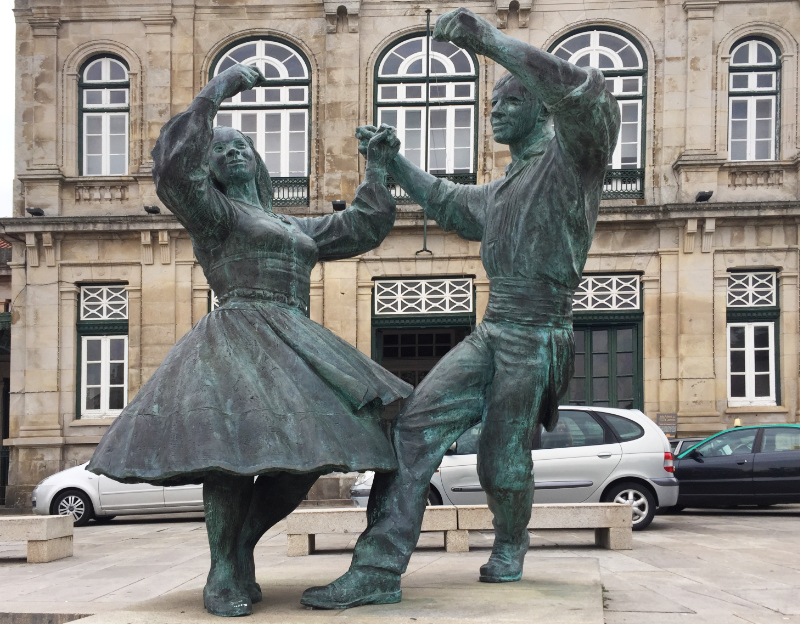 Cast metal dancers outside the station in Viana do Castelo