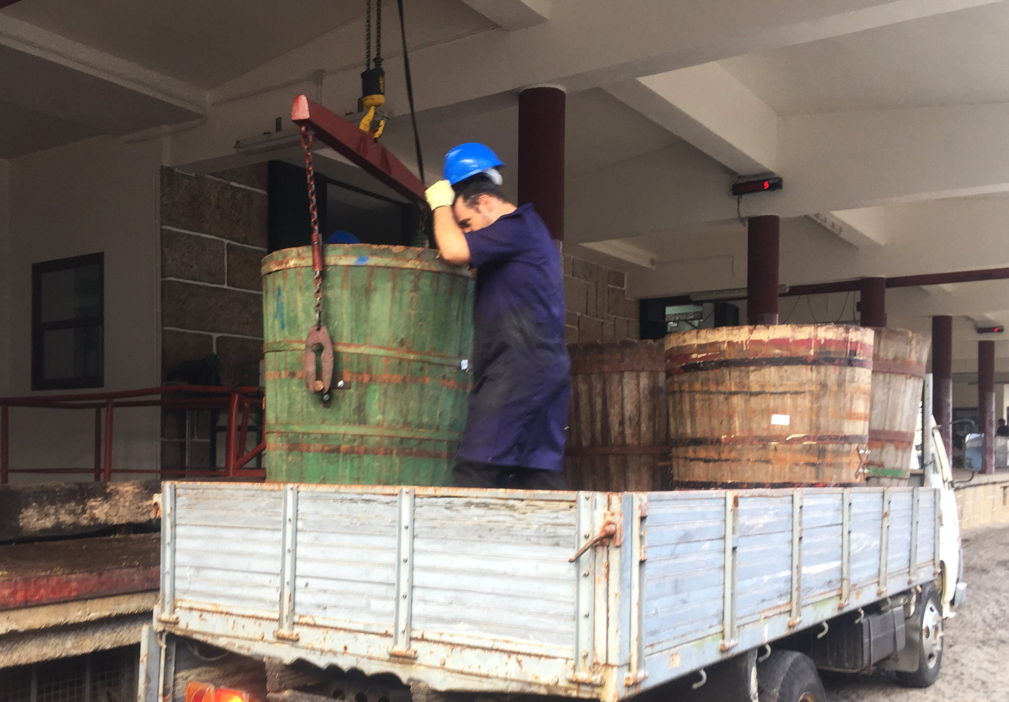 Transferring the wooden barrels known as 'dornas'